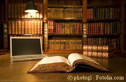 Bibliothek mit Buch und Computer