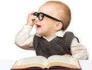 Foto: Kind mit Brille liest Buch
