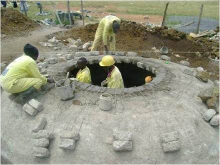 Bau einer Biogasanlage Fermenter Entwicklungsland dezentral Strom und Wärme